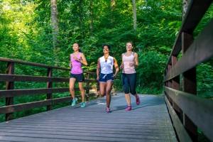 Lasse dich von unserem Coach geziehlt mit effektiven Übungen leiten und erziele deine Fitness-Ziele wie Abnehmen oder Muskelaufbau.